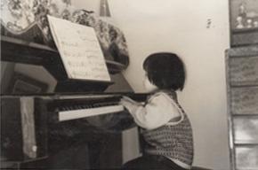 3歳。この頃はまだレッスンでは歌を歌ってただけなので、楽譜は撮影のためにただ飾ったと思われます。