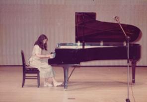 ピアノの発表会。高校1年のころ。これが最後の発表会。 この後、クラシックのピアノレッスンをやめ、家でロックやポップスの1日1曲コピー生活になる。