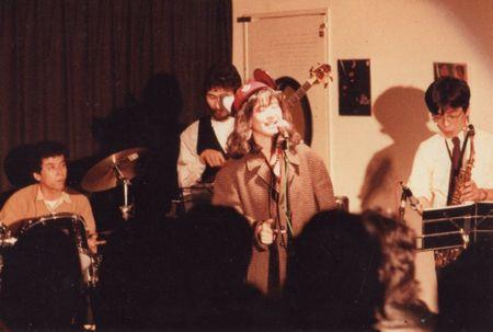 ジャズセッションに参加してスタンダードを歌ってるところ。