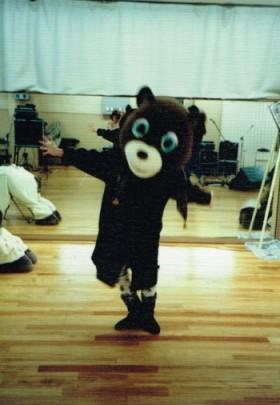 かぶってみた。着ぐるみがステージに出るライブやってたときのリハ休憩で。 1985年