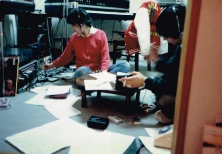 ライブ用譜面おこし作業中。当時のキーボード嶋田陽一さんと。@自宅。 CP70を中古で買った。あとちゃぶ台とベッドくらいしか家具がなかった。 1985年