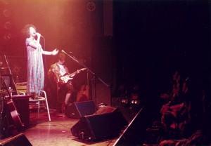 『hetero』のレコ発ライブ。このとき妊娠6ヶ月。MCは座ってやるように、とステージに椅子が用意されるが、盛り上がるとここに立って歌ってたのでスタッフはハラハラしてたそうです。