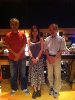 『Uh Baby Baby』のマスタリング。左よりプロデューサーの菅原弘明氏、ワタシ、マスタリング・エンジニアの田中三一氏(2011.8.2.)。
