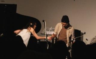 30回続けた、チャリティーライブ「種からつなげよう」。アンコール終わってサポートのギター菅原弘明氏と握手(2013.3.10)。